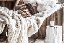 """Ma chambre Cosy Parfaite / Ma chambre parfaite, qui ne rêverait pas d'une chambre totalement """"Cosy"""", mon rêve serait de m'y sentir comme dans un véritable cocon  Remplit de douceur dans un nid douillet qu'elle soit aussi confortable et moelleuse comme tous ces plaids et oreiller.  Ainsi je multiplierai les épaisseurs enfin de me sentir comme sur un nuage ☁️  Allumer mes jolies photophores pour créer une ambiance tamisée.  Voilà la chambre de mes rêves, privilégier tous les matériaux moelleux, doux, confortable pour me sentir au chaud dans ma chambre et reposé."""