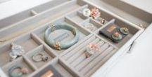 nastaviteľné šperkovnice do zásuviek / Luxusná kombinácia bielej so svetlosivým zamatovým vnútrom. Nastaviteľné šperkovnice do zásuviek v komodách alebo v nočných stolíkoch sa postarajú o perfektný prehľad vo vašich šperkoch. Vďaka výsuvným boxom po oboch stranách môžete šperkovnicu prispôsobiť vnútornej šírke vašej zásuvky.  Výsuvná šperkovnica je dostupná v dvoch rozmeroch - Medium a Large.