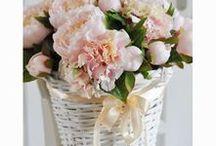 Kosze prezentowe ze sztucznych kwiatów