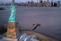 """New York City / """"Era troppo per crederla vera, così complicata, immensa, insondabile. E così bella, vista da lontano: canyon d'ombra e di luce, scoppi di sole sulle facciate in cristallo e il crepuscolo rosa che incorona i grattacieli come ombre senza sfondo drappeggiate su potenti abissi""""."""