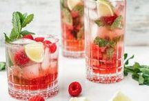 Cocktails und Longdrinks / Du liebst gemixte Drinks genauso wie wir? Dann bist du hier genau richtig. Ob Klassiker, neu interpretierte Cocktails oder trendige Longdrinks. Wir sammeln hier alles, was in unseren Kristallgläsern landet – mit cooler Deko und perfekt serviert.