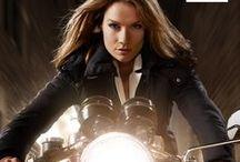 Dames motorkleding / Je wilt als vrouw stoer of trendy op je motor wegrijden. Eén ding is zeker, je wilt veilig de weg op. Dat kan met motorkleding van Rev'it of Macna te koop bij MotoVeda!