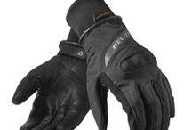 Heren motor handschoenen / Een handschoen moet goed zitten en bij de weersomstandigheden, je motor en vooral bij jouw hand passen. Wij helpen je graag met een handschoen van Rev'it, Macna of Booster bij @motoveda.nl