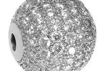 Strassperlen / Strassperlen bezeichnet funkelnde und brillante Schmuckperlen welche mit kleinen Strass-Steinen verziert sind. Die Perlen sind sehr dekorativ und edle. Fädeln mit Strassperlen ist sehr beliebt da Du mit wenigen Arbeitsschritten top-moderne und innovative Halsketten und Armbänder selbermachen kannst. Hierzu zählt auch die Herstellung eines klassischen Shamballa Armband. Wir zeigen hier Buchstabenperlen, klassische Perlen, Großlochperlen, Designerperlen und Spacer mit Strass.