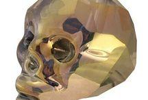 Motivperlen / Motivperlen sind Fantasieperlen welche bestimmten Formen oder Motiven nachempfunden wurden. Eine klassische Motivperle ist bspw. eine Herzperle, sprich eine Perle welche in der Form eines Herzens hergestellt wurde. Beliebte Motivperlen zum Fädeln sind Totenkopfperlen, Peace, Buddha & Ying-Yang Perlen, Kreuz-Perlen, Smiley Perlen sowie Perlen mit Botschaften und Sprüchen. Motivperlen eignen sich neben der Herstellung von Schmuck für viele kreative Bastelarbeiten.