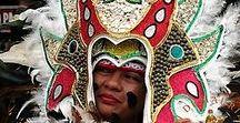 Feste nel mondo / Le celebrazioni, religiose o tradizionali che siano, sono spesso l'espressione contemporanea del ricordo delle origini, delle radici di un popolo; un patrimonio immateriale che si tramanda di generazione in generazione al fine di salvaguardarlo. Un viaggio che permette di assistere a questi importanti momenti di festa e di ricordo da parte della popolazione ospitante, offre il privilegio assoluto di empatia con essa e maggior conoscenza delle sue tradizioni e dei suoi rituali.