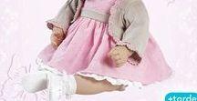 """Muñecas Adora / """"Adora Dolls"""" fue fundada en Estados Unidos en septiembre del año 2000 como un fabricante de muñecas de vinilo de alta gama asequibles. Su talentoso y premiado equipo de artistas y diseñadores de muñecas son maestros artesanos que producen excepcionales muñecas de la más alta calidad."""