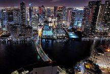 """Miami / Miami  Cidade de sol, das praias de águas claras, das compras, das baladas e dos brasileiros, é claro. Combinação perfeita para descansar e se divertir, Miami tem diversas facetas e potencial para agradar públicos completamente distintos. Porta de entrada de muitos brasileiros na terra de Tio Sam, é a mais latina das cidades norte-americanas, onde, às vezes, o """"hello!"""" dá lugar a um caloroso """"¡hola!"""".     A região, que antigamente era vista como uma área indesejável, pantanosa, cheia de mosquitos e jacarés, tornou-se uma das maiores metrópoles dos Estados Unidos, hoje com mais de 5 milhões de habitantes. Miami atualmente é um grande polo turístico, que mistura a modernidade americana com a alegria dos latinos - que são grande parte da população. Estima-se que cerca de 70% dos moradores de Miami sejam de origem latino-americana e isso se vê bem em Little Havana, um bairro cubano. Símbolo da diversidade étnica e cultural, uma das coisas mais legais de Miami é a possibilidade de encontrar pessoas de diversas partes do mundo.   Glamourosa, Miami não esconde a beleza de sua arquitetura nos altos e modernos edifícios de Downtown ou nos históricos prédios art déco de South Beach. Com ruas largas onde desfilam automóveis importados, ela é uma cidade da """"moda"""", onde ver e ser visto é a intenção de muita gente. Frequentada por artistas e turistas, Miami está em uma região de clima agradável o ano todo, o que a torna um belo refúgio quando boa parte do país enfrenta seu rigososo inverno. O clima tropical garante que a cidade esteja sempre cheia, principalmente no inverno do hemisfério norte, que, embora possa parecer um período ruim para viajar, é quando a cidade vive seu esplendor.   O mar, as pontes, ilhas e embacações de todo tamanho fazem parte da estrutura e do visual por aqui. A área continental é chamada de Downtown Miami, onde fica o centro financeiro da cidade; Miami Beach é a área de praias, do mar azul-turquesa e do longo trecho de areia incrivelmente branca"""