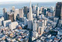 San Francisco / Entre o Oceano Pacífico e as águas gélidas da baía, cresceu uma cidade de característica única nos EUA. São Francisco consegue ser, ao mesmo tempo, sofisticada e casual, liberal e familiar. Sob constante nevoeiro - ou fog, para entrar no clima -, cada um pode ser o que quiser. Com 50% da população formada por estrangeiros, São Francisco mostra uma grande qualidade: o respeito às diferenças. Embarque nessa viagem com o Melhores Destinos. Você está prestes a conhecer uma das mais apaixonantes cidades do mundo. Aproveite o passeio e tome cuidado apenas para não deixar o seu coração por lá.     Quem chega a São Francisco é surpreendido, primeiramente, por belas paisagens. A cidade que cresceu ao redor de dezenas de colinas guarda cenários absolutamente encantadores. Suba em um cable car e comece a viagem. Entre os altos e baixos das ladeiras, cada rua guarda uma bela surpresa.   Em meio a clássicas casas vitorianas, modernos prédios de Downtown e à boa vida à beira da baía, você encontrará um número inesgotável de atrações. A graça de São Francisco está exatamente em sentir-se parte da cidade e não apenas um estranho em dia de visita. Tire os sapatos e curta alguns minutos com os pés na grama do Dolores Park; experimente um caranguejo fresquinho no Fisherman's Wharf; alugue uma bicicleta para atravessar a Golden Gate e delicie-se com a vista da cidade  nos jardins de Alcatraz. No final do dia, pare em um dos vários wine bars que tomam conta das ruas e faça um brinde a São Francisco - com um delicioso vinho californiano, claro!  Prepare-se para curtir uma cidade que é um convite a dias felizes. Diferentemente de outros destinos famosos, em São Francisco os moradores são extremamente simpáticos e estão sempre prontos a ajudar. Ser bem recebido já é um excelente motivo para querer ficar mais tempo ou, quem sabe, voltar. Para que você fique com ainda mais vontade de vivenciar a cidade, o Melhores Destinos preparou um guia com dicas do que fazer, de onde fica