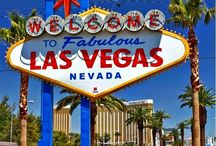 Las Vegas / Las Vegas  No estado de Nevada, cercado pelo deserto de Mojave, está localizado o maior parque de diversões do mundo: Las Vegas! A afirmação não é um exagero. A cidade é totalmente voltada para fazer o dia do turista sempre mais feliz. Sob as luzes de neon dos gigantescos letreiros da Strip, mega resorts simulam famosas locações de todo o mundo e transportam o visitante para uma atmosfera fantástica e inigualável.  O centro da avenida é marcado pela Torre Eiffel - vizinha à Estátua da Liberdade, em Nova York; à Praça San Marco, em Veneza; e ao Coliseu de Roma. Tudo é tão exagerado e um pouco brega que acaba combinando. Não é possível comparar Vegas com nenhuma cidade do mundo. Deixe o preconceito de lado e encare os fatos: Vegas é megalomaníaca, única e lhe fará muito feliz. Quem sabe, um milionário! É só entrar no clima, mesmo que um pouco quente e seco, e curtir tudo o que a cidade tem a oferecer (e olha que é muita coisa)!    Las Vegas cresceu a partir da legalização dos jogos, em 1931. Operários que trabalhavam na construção da represa Hoover foram fisgados pela isca e passaram a frequentar a cidade nos períodos de folga. O pequeno movimento, inicialmente na Fremont Street, foi o start para que a região atraísse olhares ambiciosos de empresários do jogo, especialmente de gangsters, que comandaram os luxuosos cassinos até os anos 80. Com a chegada dos empresários do ramo hoteleiro, no final da mesma década, os cassinos tornaram-se enormes complexos e desenharam Las Vegas como ela é hoje.  O turismo nunca parou de crescer e os números são tão grandiosos quanto os cassinos. Vegas recebe quase 40 milhões de visitantes por ano - número impressionante perto dos dois milhões de habitantes da região. Os valores nos cassinos também são astronômicos. A receita total em 2013 foi de US$ 9,676,458,000. Porém não há com o que se preocupar, já que você não precisa de tanto dinheiro para apostar. O gasto médio dos jogadores é de US$ 530, mas com uma nota de 1 dólar 