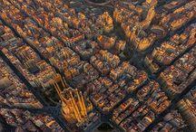 """Barcelona / Não seria exagero algum afirmar que Barcelona - a segunda maior cidade da Espanha, capital da Catalunha - é um destino turístico completo. E não é para menos. Afinal, o que diria você de uma cidade riquíssima do ponto de vista arquitetônico, repleta de ruazinhas charmosas e pra lá de animadas, praças, museus interessantes, monumentos, belas praias, bons restaurantes, vida noturna agitada e muito mais?  E falar das belezas de Barcelona, de arquitetura, e não mencionar o gênio Antoni Gaudí é algo praticamente impossível. Isso porque entre os principais feitos do famoso mestre estão nada mais nada menos do que a imponente catedral da Sagrada Família, um dos símbolos da cidade, além da Casa Batló, o Parque Güell, a Casa Milà (""""La Pedrera""""), entre outros.  Várias dessas construções, inclusive, são Patrimônio Mundial pela UNESCO. Obras que inspiram arquitetos e leigos do mundo todo até os dias de hoje. Mas apesar do legado deixado por Gaudí, é preciso lembrar que Barcelona não parou no tempo, pelo contrário. Foi crescendo com o passar dos anos e hoje apresenta-se como uma cidade extremamente moderna, cosmopolita e que também oferece uma excelente estrutura para o turista.  Moeda  Em Barcelona a moeda oficial é o Euro (confira a cotação aqui) e, apesar de ser considerado um dos destinos mais badalados da Europa, a cidade não é das mais caras. Por exemplo, é bem provável que você se locomova bastante a pé, principalmente se o tempo estiver favorável. Bom para o seu bolso e também para o seu passeio, pois nada como explorar cada cantinho da cidade sem pressa.  Mas, caso o clima não esteja bom ou você esteja impossibilitado de andar a pé, o transporte público da cidade atende muito bem o turista, além de não ser muito caro. Outra dica é alugar uma bicicleta e explorar o destino de uma maneira diferente. Apostamos que você não vai se arrepender!  Já no quesito alimentação, é possível economizar provando as delícias da gastronomia local nos restaurantes/bares de tap"""