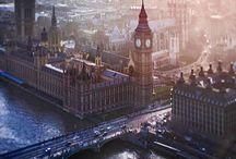 """London / Vibrante, moderna, elegante, movimentada, riquíssima em cultura e opções de entretenimento. Características como essas, entre tantas outras, deixam claro por que Londres é um dos destinos mais procurados do mundo. A capital da Inglaterra e do Reino Unido é, também, a sede da monarquia britânica, cidade que abriga o Big Ben e tantos outros cartões-postais famosos, como a ponte da Torre de Londres, que fica às margens do rio Tâmisa; o palácio de Buckingham; a Abadia de Westminster, além de vários museus interessantíssimos.  Prepare-se para dias muito intensos; é preciso ter bastante pique se a intenção é conhecer bem a capital inglesa. Por esse motivo, recomenda-se uma estadia de, no mínimo, quatro dias. Boa parte das principais atrações de Londres se concentram nas zonas 1 e 2 (levando em consideração o mapa do transporte público) e é possível, além de bastante agradável, ir a pé de um ponto turístico a outro. Mas o mais provável é que o visitante faça bastante uso do eficiente transporte público local (o metrô, por exemplo, é considerado um dos melhores do mundo).  A língua oficial é o inglês e o turista que domina esse """"idioma universal"""" não terá dificuldades, mesmo que o elegante sotaque britânico seja um pouco difícil de entender, no início. Porém, como toda cidade cosmopolita que se preze, Londres reúne pessoas do mundo todo; incluindo uma quantidade enorme de brasileiros, habitantes ou apenas turistas. A moeda local é a libra esterlina (Pound sterling), considerada uma das mais fortes economicamente (superando o dólar e o euro). E mesmo que à primeira vista tudo pareça demasiadamente caro, saiba que é possível pechinchar e encontrar boas ofertas.  Explore cada cantinho das charmosas ruas e avenidas desta que é a maior e mais importante cidade da Inglaterra; ande em um dos tradicionais ônibus de dois andares e tenha uma visão privilegiada de lugares inesquecíveis. Como manda o figurino, tome o chá das 17h em algum café ou casa especializada ou caminhe e"""
