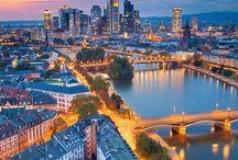 Frankfurt / Frankfurt  Frankfurt é um destino visto por muitos como um ponto de chegadas e partidas na Europa, apenas. E muito dessa ideia equivocada se deve à excelente posição geográfica da cidade e grande centro financeiro no Velho Continente, um hub que recebe voos diretos das mais diversas partes do mundo, inclusive do Brasil.  O que muitos não sabem, no entanto, é que a maior cidade do estado de Hesse, a quinta maior da Alemanha, é um centro turístico que vale a pena demais ser explorado, cheio de excelentes museus, belas paisagens — especialmente às margens do Rio Meno, que corta a cidade —, restaurantes com comida local deliciosa, farta e barata, bares que servem o famoso Apfelwein ou Äppelwoi (espécie de sidra) e muito mais.   Eiserner-steg-ponte  Convidativa para estadias longas ou curtas, Frankfurt é um destino seguro e bem preparado para receber o turista. Tanto é que a língua inglesa está amplamente difundida nas mais diversas partes da cidade que, diga-se de passagem, é uma das mais internacionais da Europa. Segundo o site frankfurt.de, quase um em cada três habitantes locais possui passaporte de outra nacionalidade.   Além disso, por lá, o viajante conta ainda com postos de informação situados em pontos estratégicos (leia mais em Dicas) e placas contendo mapas e distâncias nas partes turísticas, importantes para aqueles que porventura não tenham um bom mapa ou um GPS.  Frankfurt foi uma das cidades mais destruídas durante a Segunda Guerra, por isso o mix de arquitetura antiga — construções antigas que sobreviveram ou foram restauradas depois dos bombardeios — e moderna, com prédios imponentes e que, em geral, sediam bancos e empresas internacionais.   Grosse-bockenheimer-strasse  Quantos dias devo passar em Frankfurt?  Como dissemos anteriormente, Frankfurt é perfeita para estadias turísticas curtas e longas. Isso só vai depender das intenções de cada um. Se você não dispõe de muito tempo, mas deseja conhecer os principais pontos turísticos, a dica é 