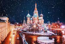 Moscow / À primeira vista, Moscou pode intimidar como destino de viagem, especialmente se comparada com cidades bem mais tradicionais no turismo, a exemplo de Paris e Londres. No entanto, ao desembarcar na capital da Rússia é bem provável que essas primeiras impressões fiquem em segundo plano diante de uma cidade extremamente vibrante, com bagagem histórica gigante e onde o número de turistas só tem aumentado a cada ano.  Andar pelas ruas da bela e movimentada metrópole proporciona ao visitante sensações únicas e de total encantamento. Ver de perto grandiosos monumentos e pontos turísticos famosos, como a Praça Vermelha, o complexo do Kremlin - a sede do governo -, o Teatro Bolshoi e a Catedral de São Basílio (aquela com as cúpulas coloridas) vale cada centavo empregado na viagem!  Definitivamente, a arquitetura é um ponto forte e que chama bastante a atenção do visitante durante as andanças pela cidade. Em meio aos pontos citados anteriormente e construções antigas sobreviventes à era Stalin, você vai encontrar arranha-céus extremamente modernos e lojas tão luxuosas que em nada lembram o passado comunista. Um cenário que, ao nosso ver, simboliza muito o que Moscou representa nos dias de hoje: uma capital que valoriza cada momento vivido no passado, porém bastante focada no futuro.     Moeda  Moscou é uma cidade cosmopolita cuja população atual é composta por mais de 10 milhões de pessoas. O idioma local é o russo e, apesar de a língua inglesa não ser muito difundida por lá, é possível sim se comunicar nas áreas turísticas. A maioria dos pontos importantes da capital, como museus e monumentos, por exemplo, disponibilizam informações para os visitantes em inglês e em outros idiomas, como espanhol e francês.    A moeda local é o Rublo (RUB), dividido em 100 kopecs (confira a cotação aqui). Você pode cambiar uma certa quantia de dinheiro antes de desembarcar em Moscou, para não chegar totalmente desprovido, porém casas de câmbio e caixas eletrônicos estão espalhadas pe