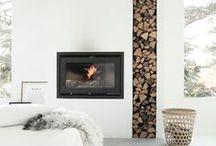 Kaminofen / Feuerstelle und Wohlfühloase für das Wohnzimmer mit Ablagemöglichkeit für das Holz.