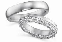 TROUWRINGEN /   Diamonds are forever Heeft u een bepaald beeld van uw ring of komt u niet verder dan de omschrijving 'een mooie ring met een diamantje'? Geen zorgen, er is genoeg keuze. Er zijn bijvoorbeeld trouwringen met diamant in verschillende zetvormen. Zwart of witte briljant geslepen diamanten, vrolijke kleurstenen.. alles kan!   Kijk voor inspiratie bij de uitgebreide ringencollectie in onze winkel. Een trouwring is voor het leven.