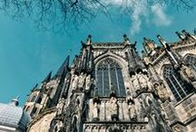 AACHEN   Tipps / Ich bin erst 2013 nach Aachen gezogen und habe ein ganzes Weilchen gebraucht, mit der Stadt warm zu werden. Es gibt einige nette Ecken und die Nähe zu Belgien und den Niederlanden gibt der Region europäischen Flair. Hier sammle ich meine Tipps und Impressionen von Aachen: der Dom, Cafés, Restaurants, Shopping und natürlich Aachener Printen & der bekannte Weihnachtsmarkt.