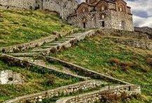 Albanien | Albania / Albanien ist als Reiseziel noch nahezu unbekannt. Aber es hat sich viel getan in der Balkanrepublik: die Straßen wurden besser ausgebaut, die Menschen sind sehr gastfreundlich und offen. Es gibt Berge zum Wandern, eine wilde Mittelmeerküste und fantastisches Essen. Mehr als genug Gründe, dem kleinen Land mal einen Besuch abzustatten.
