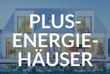 Plus-Energie-Häuser / Mit dem Plusenergiehaus entscheiden sich Bauherren für ein Energiesparhaus, das nicht nur den Energiebedarf der Bewohner decken kann, sondern darüber hinaus ein Mehr an Energie erzielt. Diese überschüssige Energie kann dann beispielsweise zur Speisung von einem Elektroauto genutzt oder ins staatliche Netz geleitet und zu Geld gemacht werden.