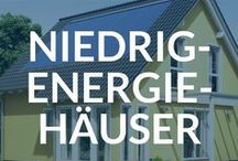 Niedrigenergiehäuser / Der Energieverbrauch macht bei den Nebenkosten in einem Haus einen sehr hohen Betrag aus. Mit dem Bau eines solchen Sparhauses lassen sich diese Kosten dauerhaft senken. Dafür sorgt in erster Linie eine ideale Wärmedämmung, die sowohl die Außenwände als auch das Dach bieten. Ein Haus wird dann als ein Niedrigenergiehaus bezeichnet, wenn die Werte des Energieverbrauchs die zulässigen Werte deutlich unterschreiten.