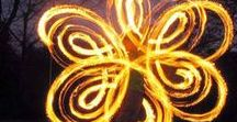 Erlebnispädagogik Feuerzauber / Feuerzauber mit POI`s. Man munkelt, dass der eigentliche Ursprung bei den Maori liegt: bei rituellen Festen, zu denen die Frauen bezaubernde Poi-Tänze aufführten. Diese Tänze, begleitet von schwingenden, drehenden und fliegenden Feuerbällen erobern heute die Städte, aber auch die Herzen aller Nachtschwärmer. Bei uns lernt ihr mit dem Feuer umzugehen. Das Highlight auf jeder Party!