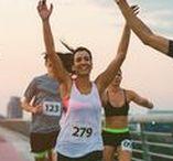 Marathon laufen: Trainingsplan - Ernährung - Motivation / Ein Marathonlauf erfordert harte Arbeit, Kraft, Ausdauer und Motivation. Wir verraten dir, wie du deinen eigenen Trainingsplan zusammenstellen kannst, welche Übungen dich gezielt voranbringen und welche Outfits am besten fürs Marathontraining geeignet sind. Daneben geben wir Tipps und Tricks rund um die Motivation und die richtige Ernährung beim Laufen.