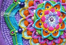 Mandala crochet motifs / Don't you just love the beautiful effect of a colourful crocheted mandala design? I do! Enjoy.