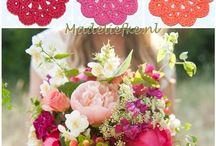 Madeliefke kleuren inspiratie / Wie wordt er nu niet vrolijk van een prachtige bos bloemen?  Daarom heeft Madeliefke prachtige gekleurde bloemen onderzetters gemaakt om het op tafel extra gezellig te maken. De onderzetters hebben een doorsnede van ca. 8 cm en kunnen natuurlijk ook ergens worden opgenaaid. Te maken in elke kleur die jij leuk vindt. http://www.madeliefke.nl/winkel/nl/91-bloemen-8-cm-onderzetters