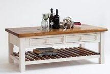 Weiß liebt Holz / Huch, der Tisch hat ja nackte Beine! Stimmt: Immer mehr Möbel kombinieren weiß lackierte und naturbelassene Holzteile. Das sind unsere Favoriten.