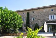 Vue de l'extérieur  / Le Mas du Terme **** est implanté au cœur des vignes, des lavandes et des oliviers. Silence et calme au sein d'une nature bienveillante. Un havre de lumière et de verdure.