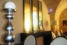 Ambiance Baroque... / Ici le hall d'accueil et les couloirs du Mas. Le rouge opéra domine, les fauteuils et luminaires se donnent des grands airs baroques, et les mirroir renvoient une lumière mordorée. Tous en scène ! En version macro ou en longue focale, Le Mas du Terme se dévoile.
