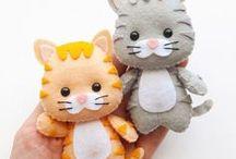 Apostilas Pet (Cachorros e gatos) / Apostilas Digitais dos Pets Pockets mais fofos do mundo, para confeccionar em feltro. Moldes vetorizados de encaixe perfeito! Use para fazer lembrancinhas, guirlandas, enfeites de porta ou quadrinhos, ponteiras de lápis, dedoches e muito mais! Adquira a sua na loja oficial: www.timart.com.br. ::::::::::::::::::::::::::: Pattern PDF Pet, to make in felt. Vectored templates! Use to make souvenirs, pencil tips, fingertips, and more! Get yours in the official store: www.timart.com.br