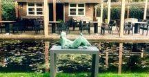 Jan de Graaf / Zeldzaam vrolijke en vertederende beelden van voluptueus vrouwen en paarden in brons.  Een buitengewoon origineel beeldhouwer die mens en dier met een gedegen klassieke geabstraheerde vormgeving uitbeeld om daar vervolgens altijd een humoristisch element of verhaallijn aan toe te voegen.