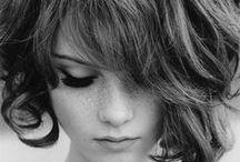 Cabelo&etc. / Quem disse que cabelo Não sente Quem disse que cabelo Não gosta de pente Cabelo quando cresce é tempo Cabelo embaraçado é vento Cabelo vem lá de dentro Cabelo é como pensamento Quem pensa que cabelo é mato Quem pensa que cabelo é pasto Cabelo com orgulho é crina