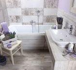 Stylové řešení Provence koupelna a kuchyně / Nechte se inspirovat stylem francouzského venkova. Zařiďte si koupelnu ve stylu Provence. Barvy inspirované přírodou, světlé tóny, krémová, bílá nebo šedá jsou to pravé. Sáhněte po dřevěném nábytku ve venkovském stylu. Lehce mořené dřevo, s patinou či oprýskáním. K němu patří podlaha z prken, kamene nebo cihel.