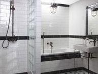 Stylové řešení Industrial koupelna / Koncept Industrial koupelna, to je sebevědomý styl, plný charakteru a rafinovanosti. Přesně takový je industrial. Inspiruje se ve starých průmyslových provozech a dávno opuštěných továrních halách. Vysoké stropy, prosklené plochy, rámové konstrukce, obnažené trubky, staré tovární závěsné lampy či reflektory. Právě ty přináší kýžený efekt.