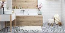 Stylové řešení  Skandinávská koupelna / Rádi kombinujete čistý design s jednoduchostí, ale s důrazem na funkčnost a praktičnost? Pak se zamilujete do interiérů zařízených ve skandinávském stylu.  Dostatek světlých barev rozsvítí prostor, přírodní materiály a doplňky v podobě hřejivých přehozů, vlněných plédů či kožešin zase pomohou k útulné a přívětivé atmosféře.