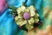Рукотворные  цветы из натуральной  кожи и фоамирана / Здесь  представлены  броши  и  заколки  ручной  работы  из  натуральной  кожи  и  фоамирана