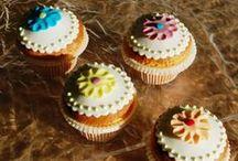 Muffin, biscotti e cupcake / Un muffin è un dolce simile ad un plum cake, di forma rotonda con la cima a calotta semisferica senza glassa di rivestimento. Un cupcake è un dolcetto grande come una tazzina (cup), solitamente decorato con crema al burro, al formaggio o con la glassa. Un biscotto, beh... non c'è bisogno di presentazione! In copertina, piccole cup cakes realizzate con il Pronto Muffin della Saracino, prodotto che consente una realizzazione veloce di muffin e cup cakes.