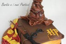 Harry Potter Cake / Harry Potter è una serie di romanzi fantasy suddivisa in sette volumi, ideata dalla scrittrice J. K. Rowling all'inizio degli anni novanta e concretizzata tra il 1997 e il 2007. L'opera, ambientata nell'Inghilterra degli anni novanta, descrive le avventure di Harry Potter e dei suoi migliori amici, Ronald Weasley e Hermione Granger. L'ambientazione principale è la Scuola di Magia e Stregoneria di Hogwarts, dove vengono educati i giovani maghi del Regno Unito. #cakedesign #harrypotter #cakebook