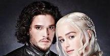 Hra o trůny/Game of Thrones :) / Tento seriál je jednoznačně nejlepším seriálem na světě. Nemůžu se dočkat osmé série :) Okouzlil mě hned na začátku a skoro jsem se od něj nemohla odtrhnout :) Prostě Zima se blíží :) Just Winter is coming :)