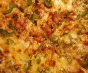 PIZZA ΠΙΤΣΑ / Η πίτσα είναι φαγητό αποτελούμενο από ψημένη ζύμη, και μείγμα λαχανικών ή και αλλαντικών. Υπάρχουν δύο βασικά είδη πίτσας, η ιταλική και η καναδική. Η ιταλική πίτσα έχει λεπτή ζύμη και συνήθως περιορισμένο αριθμό υλικών ανά πίτσα και είναι ατομική.