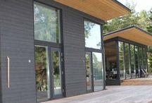 Bungalow houten woning Kop-Staart Finnhouse / De kop staart bungalow is de ideale seniorenwoning van nu! Levensloopbestendig, rekening houdend met de wensen nu maar ook flexibel aan te passen naar de toekomst. Veel glas, een veranda en een speels dak. En dat allemaal met natuurlijke materialen. Duurzaam en levensloopbestendig wonen! In samenwerking met architectenbureau mannen in de ruimt