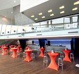 Grote Foyer   Markant Uden / Van onze foyers wordt veel gebruik gemaakt. Zowel voor zakelijke sessies als voor bijeenkomsten in familiaire sfeer. Voor bijvoorbeeld (kleine) vergaderingen, jubilea, brainstorms, als VIP-zone bij een feest of als rustig netwerkhoekje. Onze vijf foyers lenen zich hier uitstekend voor, met afmetingen die variëren van 60 tot ruim 500 vierkante meter.