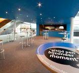 Blauwe Foyer   Markant Uden / Van onze foyers wordt veel gebruik gemaakt. Zowel voor zakelijke sessies als voor bijeenkomsten in familiaire sfeer. Voor bijvoorbeeld (kleine) vergaderingen, jubilea, brainstorms, als VIP-zone bij een feest of als rustig netwerkhoekje. Onze vijf foyers lenen zich hier uitstekend voor, met afmetingen die variëren van 60 tot ruim 500 vierkante meter.