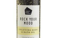 BODY & BATH OIL - Go Treat Yourself - / Een mix van natuurlijke etherische oliën en amandelolie. Voeg de olie toe aan je (voeten)bad of gebruik voor een heerlijke (voet) massage.