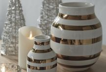 Kahlerのかざり方 / ケーラー社は、1839年に陶芸家のハーマン・J・ケーラーが創設した製陶メーカーです。デンマークの代表的なアーティストや陶芸家が作品を手がけ、国際的な美術陶芸品を制作することで、デンマークの陶芸史至上最も成功した工房の一つと言われるほどになりました。