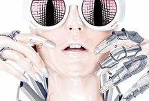 """FUTURIST / """"The Future is now""""    Locação:   Praia nublada e deserta   Mua:  Glitter up   Makeup furtacor     Outfit:  Black tape ✖️✖️ on the nipples   Roupas metalizadas ex: Sri (again) e pesquisar novos estilistas nessa pegava groove   Cartela de cor: nuances de branco, prateado e preto -. para não brigar com a makeup   """"Capas"""" de chuva   CD player     Acessorios:  Cabelo gel longo (grudado na cabeça rs)   óculos futuristas DIY)   Melissa glitter plataforma"""