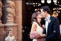 Ceremonia / Vuestra entrada en el lugar, la espera, los pajes que son los peques de la familia, el encuentro entre ambos, vuestra primera mirada, el novio llorando, la entrega de anillos, la madrina y el padrino, la cola de tu vestido, la iglesia, el cura y el monaguillo, las damas de honor, los invitados que leen, el primer beso como casados, los testigos, el arroz… : Acto solemne por el que una pareja se compromete a vivir en matrimonio y que se lleva a cabo según normas legales o religiosas.