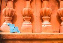 """Carinho que Dobra ♥ / Unindo papel e arte, o Carinho que Dobra foi criado para encantar e surpreender os corações mais apressados de quem passa na rua. O projeto espalha uma série de origamis coloridos pela cidade, levando mensagens de alegria, gentileza e otimismo. A ideia é fazer brotar sorrisos nos rostos de quem os encontra e principalmente """"dobrar"""" as boas ações que poderiam estar mais presentes em nosso cotidiano."""